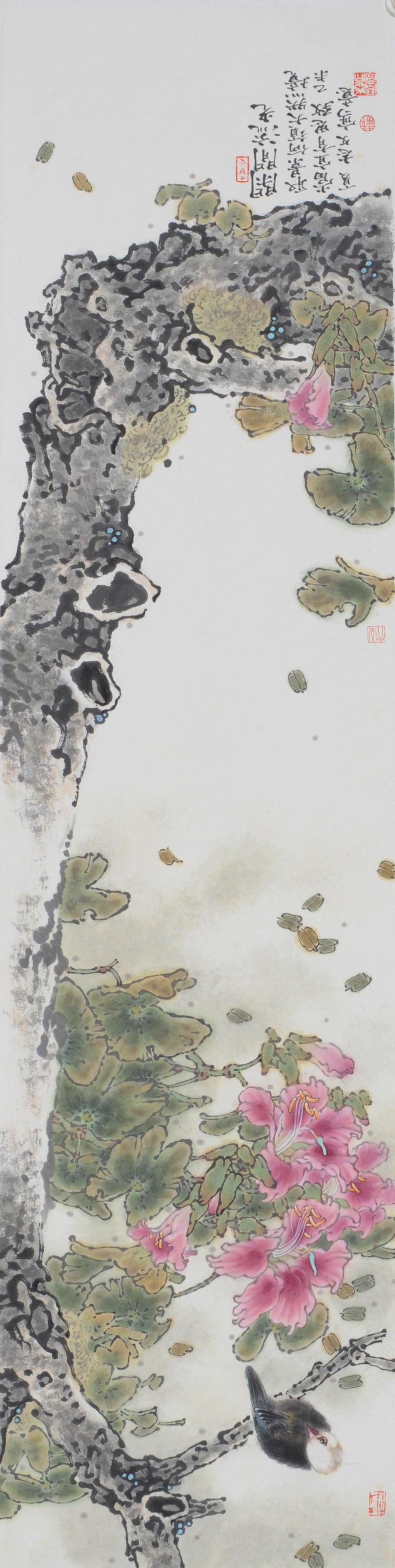 戴志文简历  戴志文, 生于1971年,广东番禺人,先后毕、结业于广州美术学院、中国艺术研究院李魁正花鸟画研究生课程班。 现为中国美术家协会敦煌创作中心创作委员、《中国书画》杂志社书画院特聘画家、中国工笔画学会会员、北京工笔重彩画会会员、广东省美术家协会会员、广州市美术家协会花鸟画艺委会委员,国家三级美术师。 师从当代著名花鸟画家陈永锵、李魁正先生,擅长花鸟、山水,精研现代没骨花鸟画,近年又在小写意大景花鸟山水画的追求中颇具心得。作品糅合传统中国画线意志、西方色彩理念和东方古典美学精神,唯美浪漫,宁静中蕴含大自然的无限生机和温情,既有当今都市化进程中的现代色彩审美趣味,同时在精神领域继续传承人与天地和谐的传统哲学精神;其创作源泉皆来自对大自然的大量写生,以及对中国文化中的自然精神经久的沉思。作品富含人文情怀和积极向上的生命精神,具有当代岭南特色的高雅审美趣味,体现了开放包容的创作观念、严谨的治学精神和对艺术的敬畏。